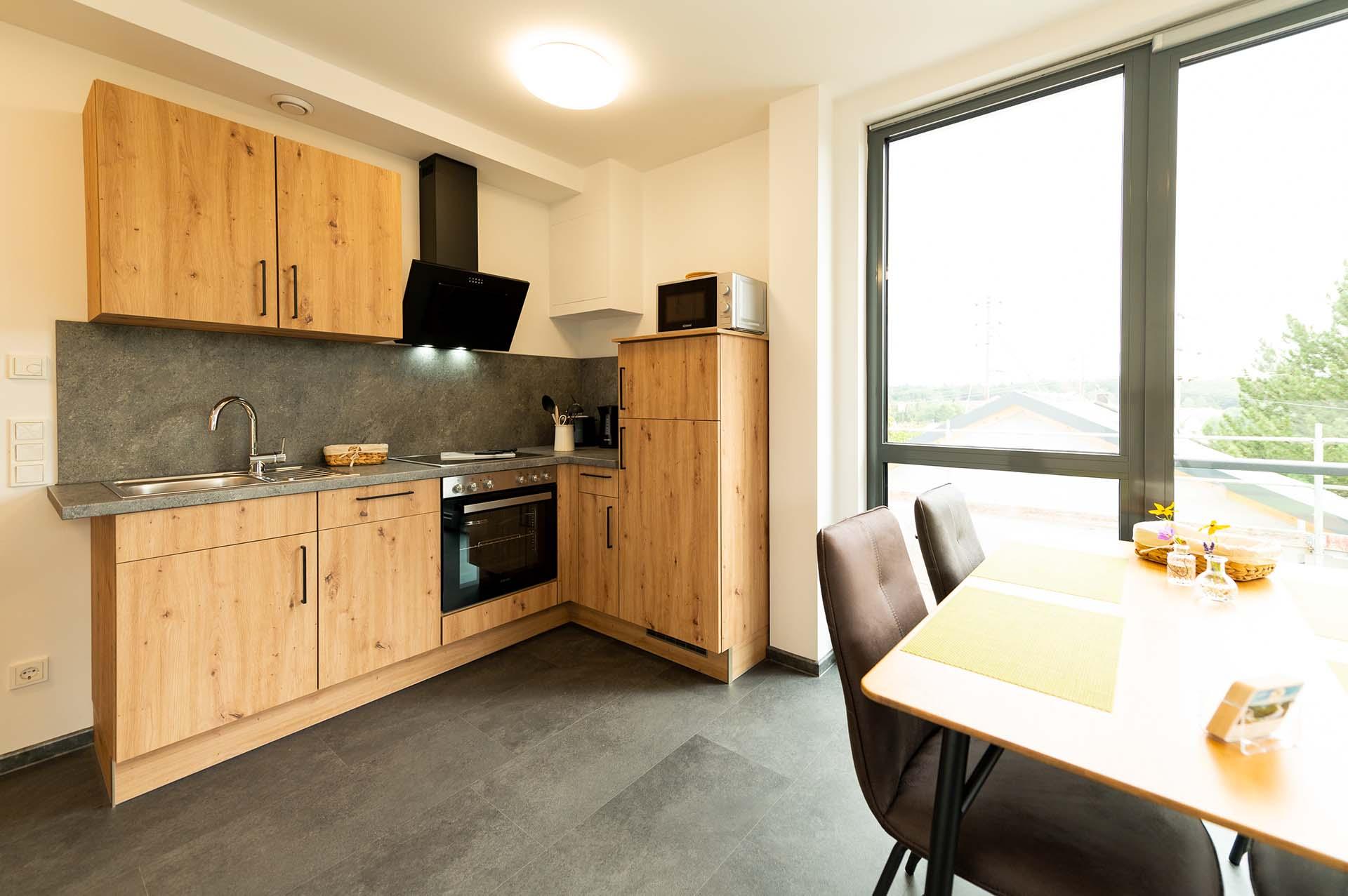appartement-baumwipfelpfad-saarschleife-kueche-essbereich-panorama