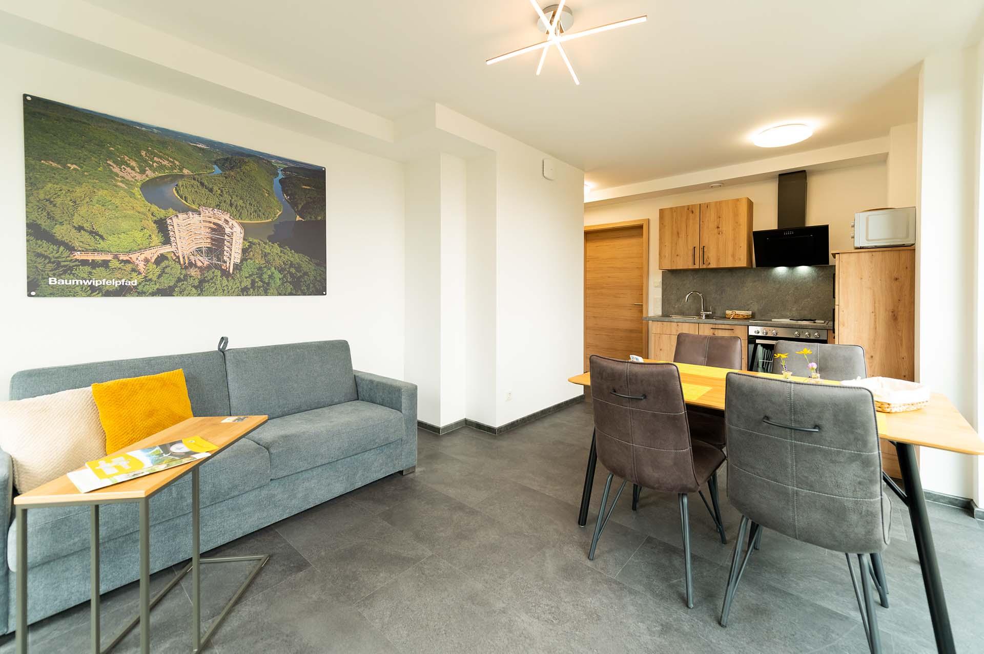 appartement-baumwipfelpfad-saarschleife-kueche-essbereich-wohnbereich