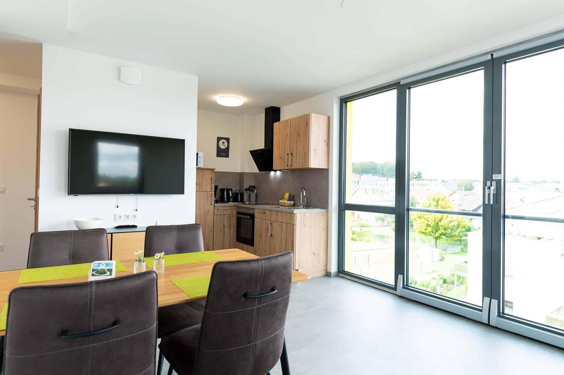 appartement-steine-an-der-grenze-kueche-esszimmer-panorama
